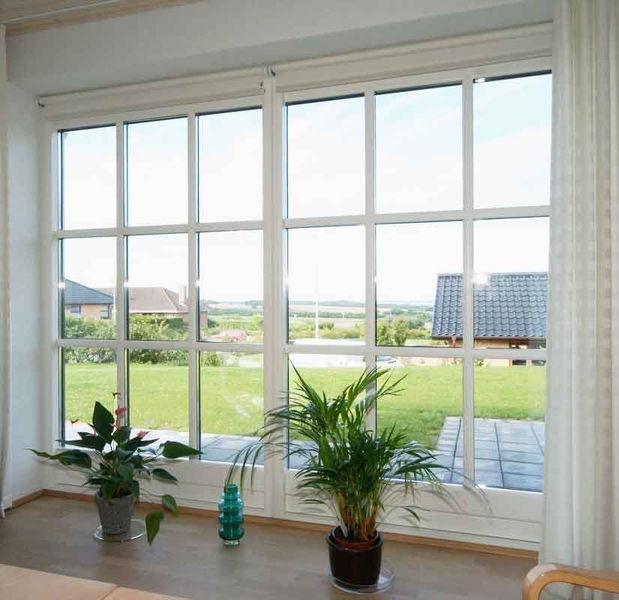 Parcelhus med vinduer og døre i antracitgrå træ-alu
